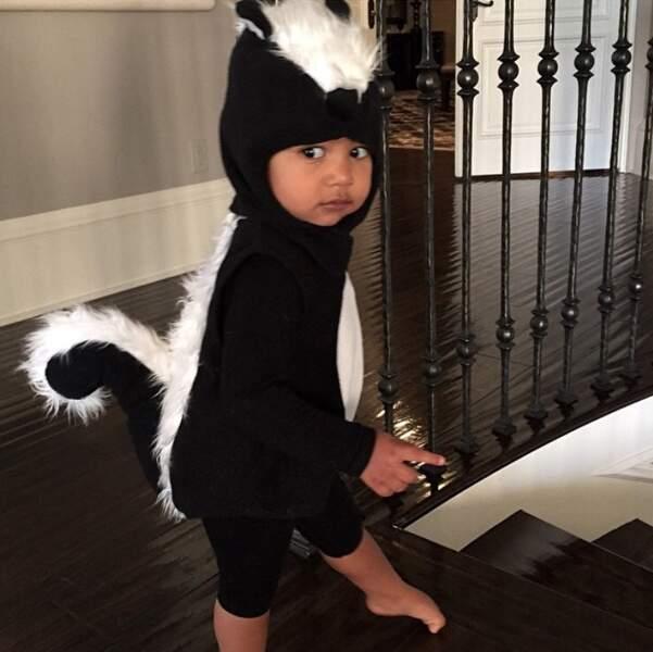 Et Kim adooore la montrer sur son compte Instagram. Ici à Halloween.