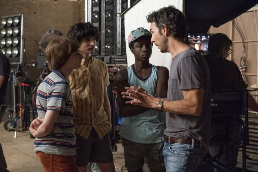 Noah Schnapp, Finn Wolfhard, Caleb McLaughlin, et le réalisateur Shawn Levy pour les épisodes 3 et 4