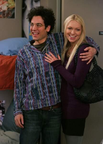 Karen (Laura Prepon), c'est le premier grand amour de Ted. L'époque où il était ado et naïf. Très naïf.