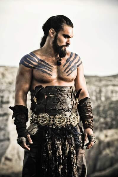 Le fameux Khal Drogo de Game of Thrones. Ses tatouages sur le bras sont très bien masqués.
