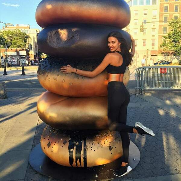 Mais la mannequin ne manque pas d'humour. Ici, la voici avec son chéri : un bagel géant.