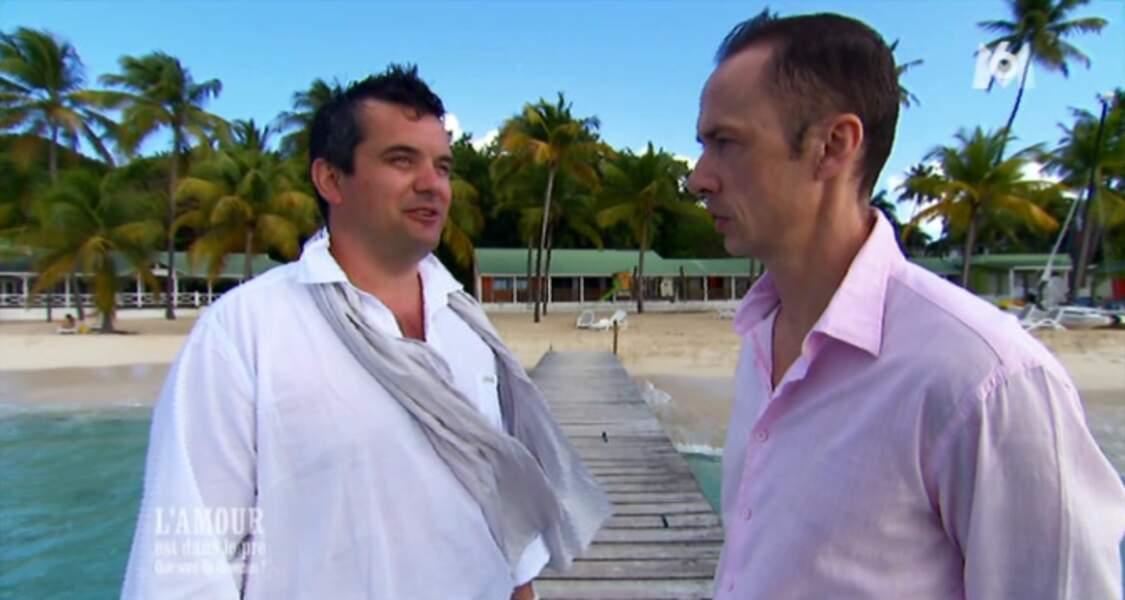 Pour le mariage religieux dans les îles, Pierre s'est lâché et a osé la chemise en lin blanche. Quel séducteur...