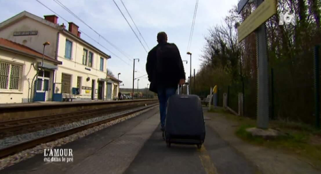 Et sa sortie, seul sur le quai d'une gare de province, fait peine à voir.
