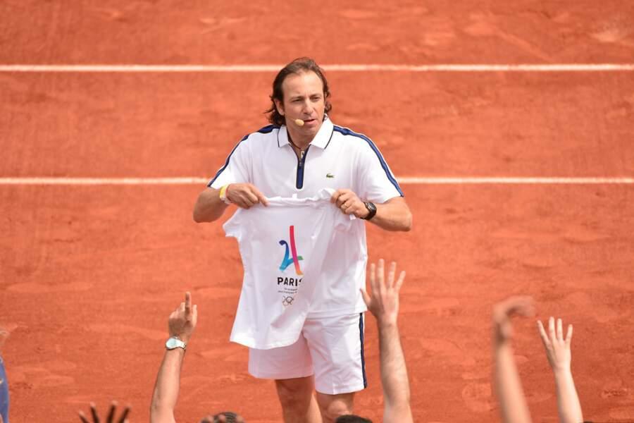 Philippe Candeloro s'improvise distributeur de t-shirts.