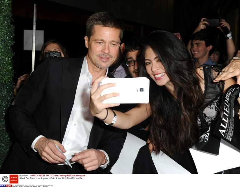 Brad Pitt fait aussi plaisir à son public en se prêtant au jeu des selfies !