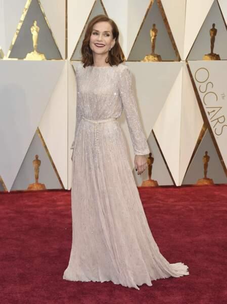 Isabelle Huppert rayonnante à son arrivée sur le tapis rouge