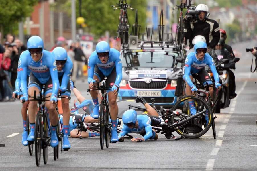 Giro : Alerte, grosse gamelle des Schtroumpfs à l'avant du peloton !