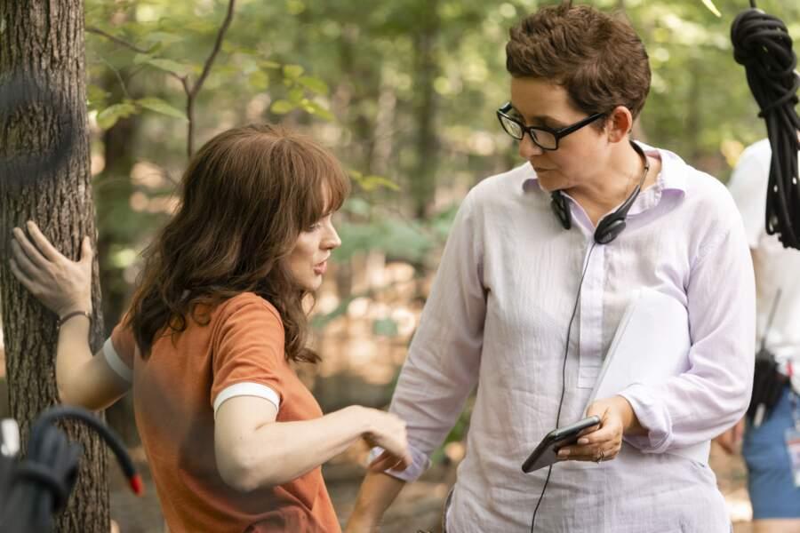 Winona Ryder en plein debrief avec Uta Briesewitz qui a réalisé les épisodes 5 et 6 de la saison 3