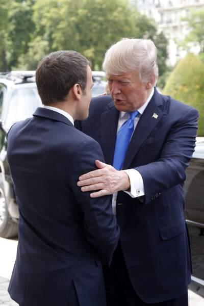 Les deux présidents se saluent chaleureusement