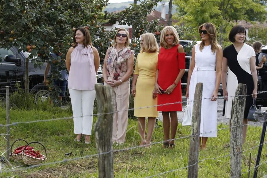 """Les """"premières dames"""" prennent la pose dans un champ de piments d'Espelette"""