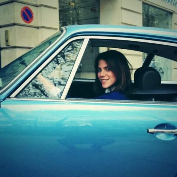 Les téléspectateurs remarqueront vite son regard d'un bleu profond, raccord avec cette voiture
