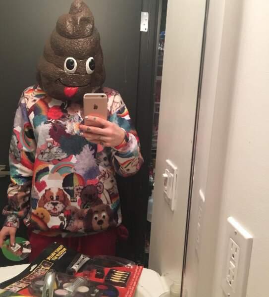 On adore aussi sa collection de masque... l'emoji caca de l'iPhone sur le visage !