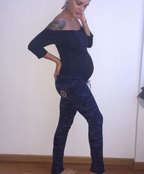 Elle avait déclaré ne pas vouloir exposer sa grossesse, mais elle ne peut pas s'empêcher de dévoiler son baby bump