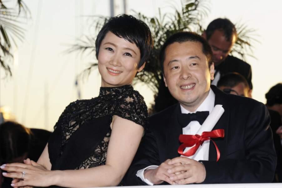 Jia Zhangke remporte le Prix du Scénario pour Tian Zhu Ding et pose avec Tao Zhao