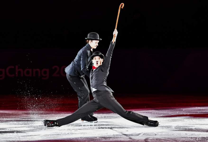 Charlie et Chaplin sont sur une patinoire. Charlie tombe, que fait Chaplin ?