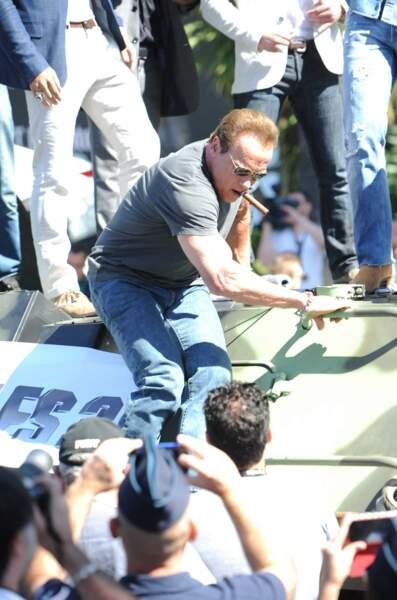 Arnold a sorti son plus beau cigare pour partir à l'assaut de Cannes