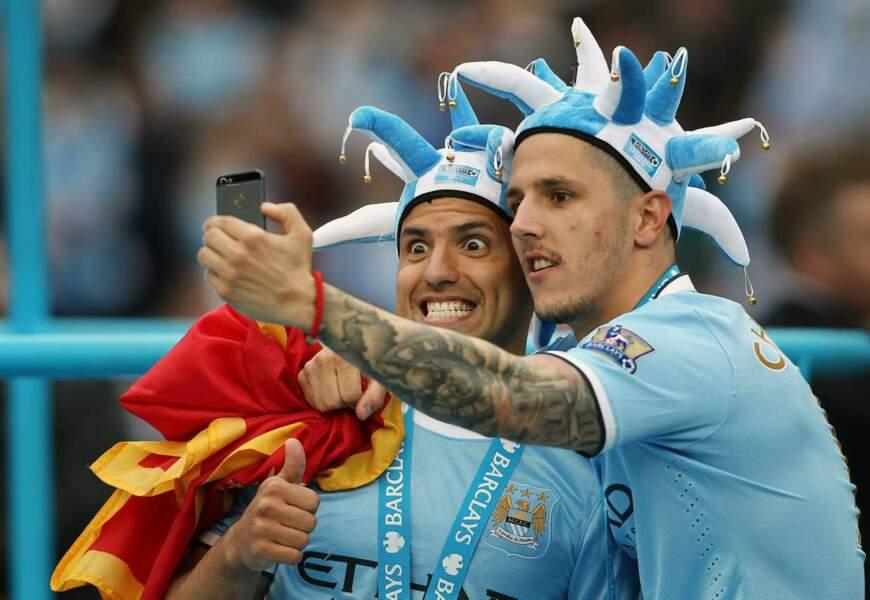 Stevan Jovetic et Sergio Aguero ont eux opté pour le selfie . En bonus, le chapeau à clochettes. Mythique.