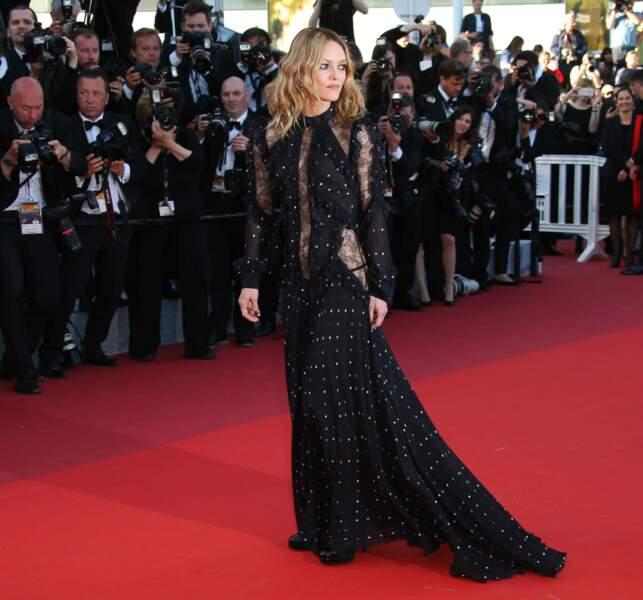 Glamour toujours Vanessa avec sa belle traîne noire !