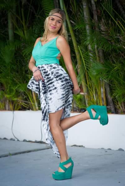 Stéphanie, sur une jambe