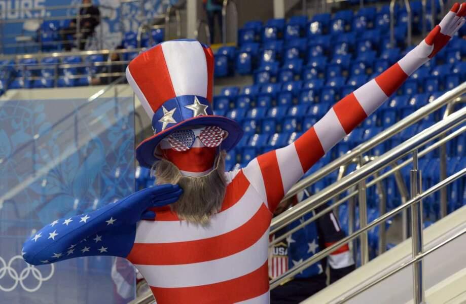 Et celle de la plus belle tenue à ce supporter américain