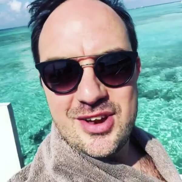 Tous poils dehors et en peignoir, Jarry se prélasse tranquillement dans le lagon de Tulum !