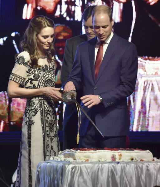 Il est l'heure de la découpe du joli gâteau d'anniversaire. À deux c'est mieux !