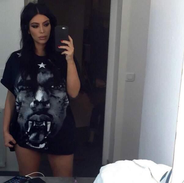 """Dans le genre """"n'importe quoi"""", Kim Kardashian a porté son mari sur son t-shirt."""