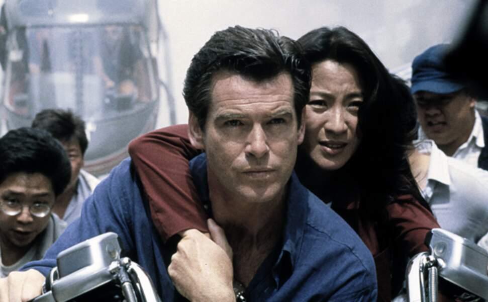 Pierce Brosnan prête un coup de main à Michelle Yeoh dans Demain ne meurt jamais