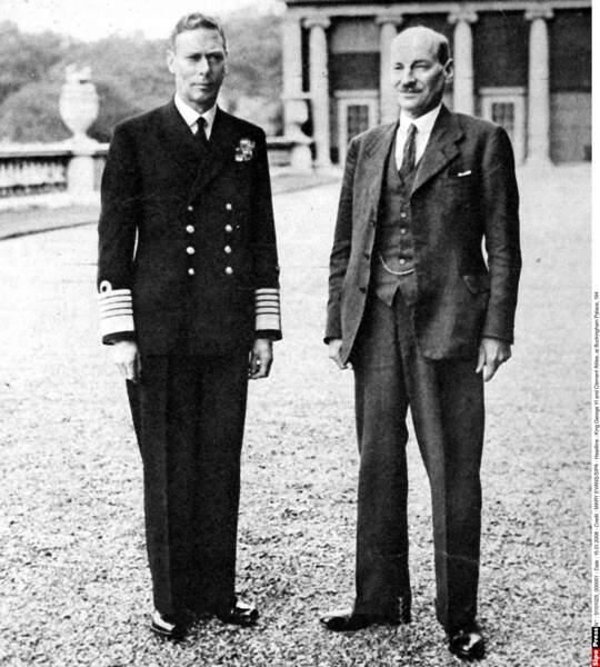 Autre figure politique historique présente dans la série, Clement Attlee (à droite sur la photo)