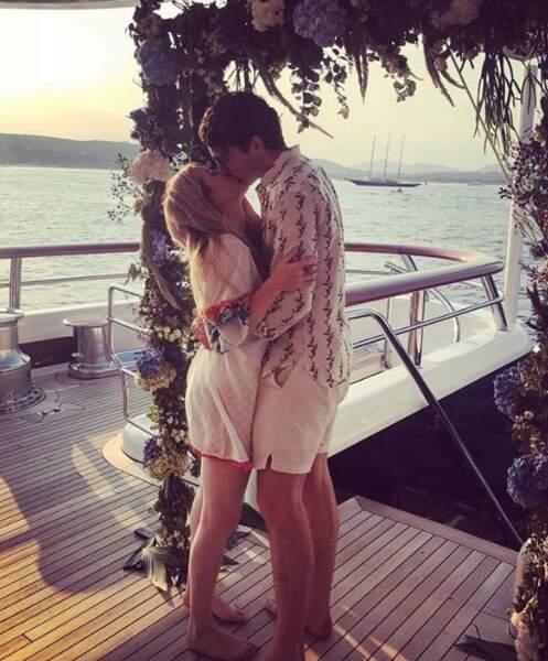 Ellie Goulding a fait un gros bisou à son fiancé, Caspar Jopling.