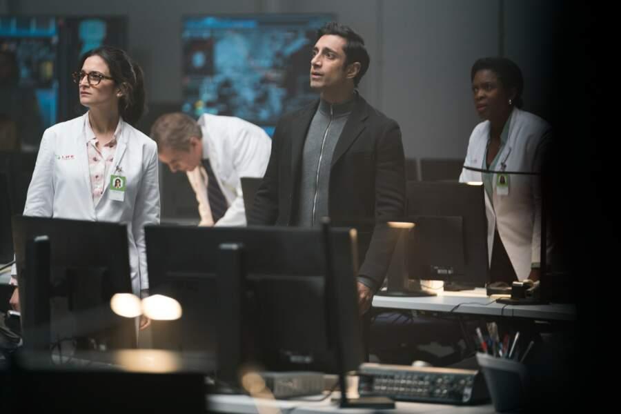 Dora Skirth (Jenny Slate) et Carlton Drake (Riz Ahmed) au centre de contrôle de mission