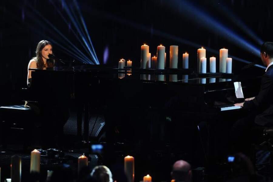 """La jeune Birdy, 17 ans, a fait forte impression au piano en chantant son tube """"Skinny Love"""" face à Emmanuel Moire."""