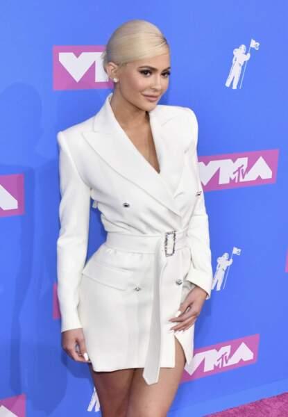 Kylie Jenner dans un tailleur très mini.