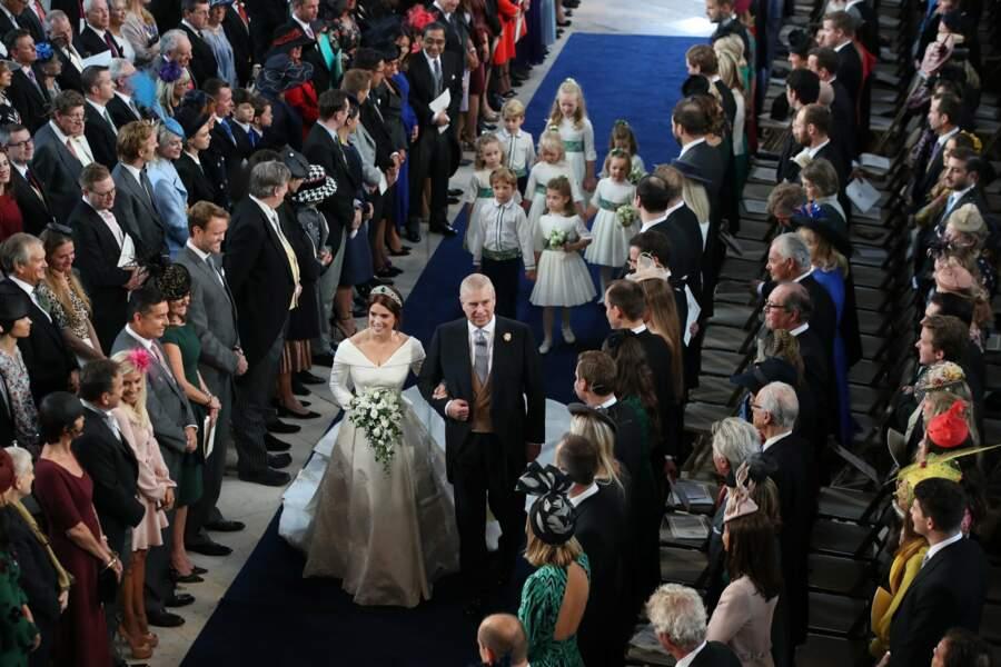 La princesse Eugenie est escortée par les enfants d'honneur