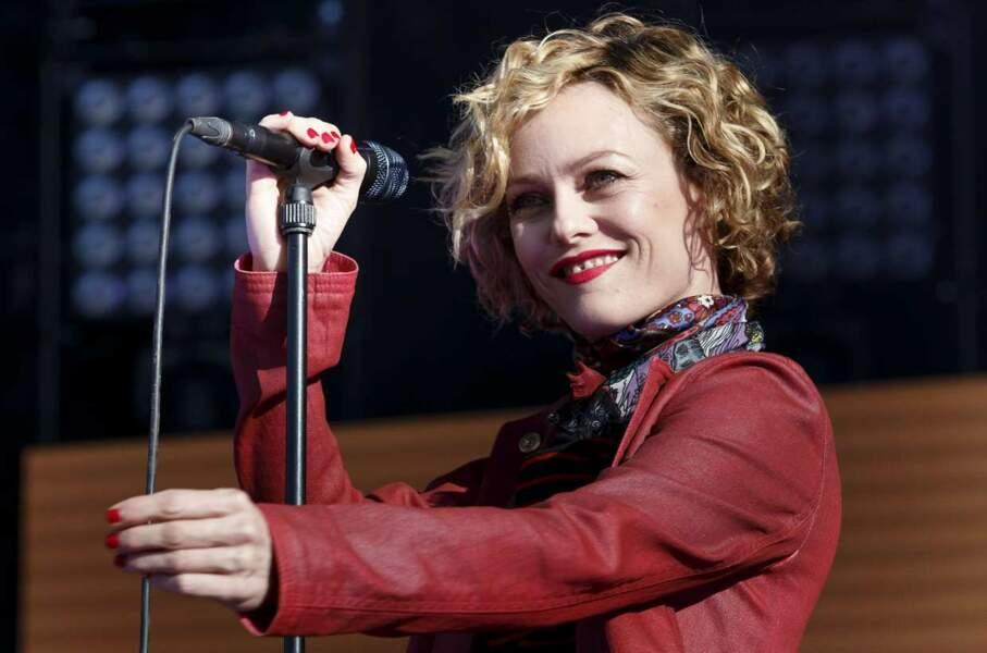 A 41 ans, Vanessa, radieuse, continue sa carrière musicale avec beaucoup de succès.