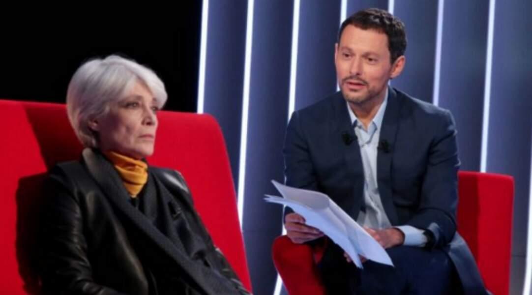 Grave en veste noire sur le Divan de Marc-Olivier Fogiel, en 2016.