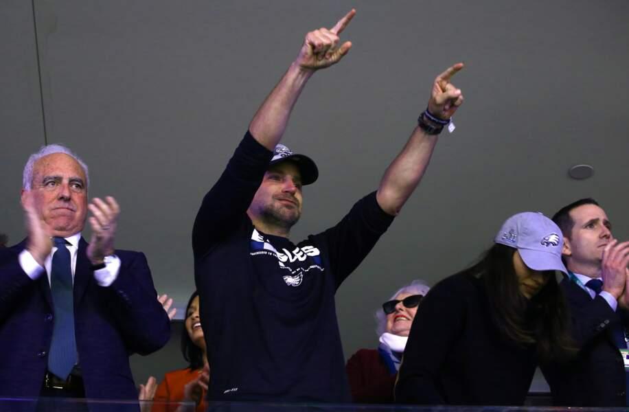 En tribunes, Bradley Cooper était à fond dans le match, en bon fan de NFL