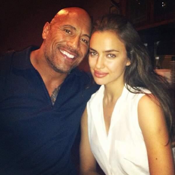 Être copine de footballeur connu l'a amenée à fréquenter du beau monde. Ici avec Dwayne Johnson, alias The Rock.