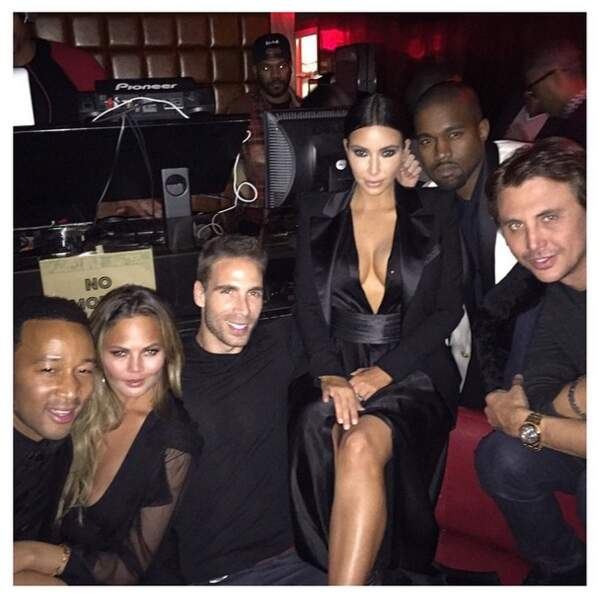 Kim Kardashian à l'anniversaire de John Legend, tout à gauche et mal cadré sur la photo !