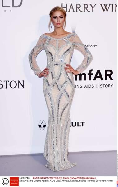 ALERTE ! Paris Hilton est habillée. Je répète, Paris Hilton est HABILLEE !
