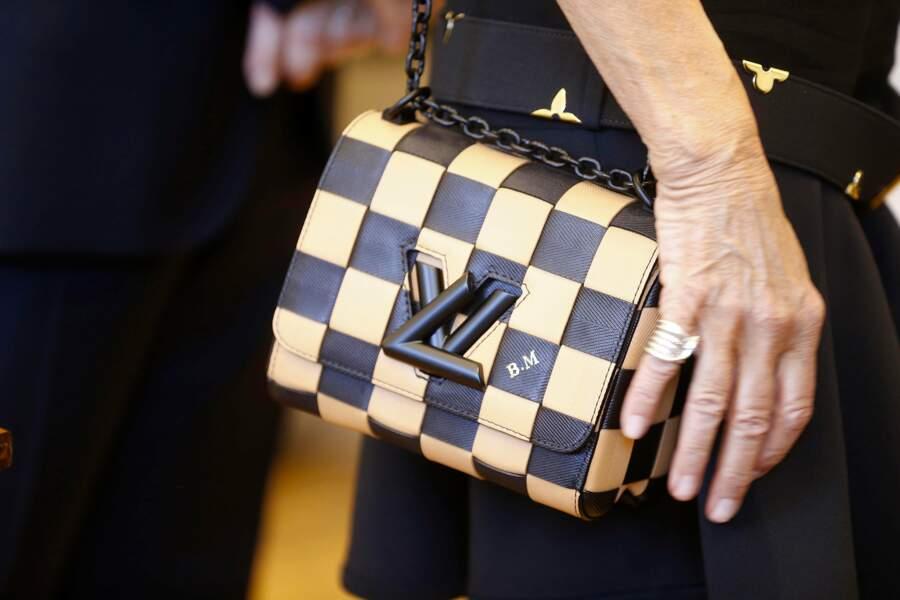 """... assortie à un sac Louis Vuitton dont le cuir épi est gravé de ses initiales """"BM"""" !"""