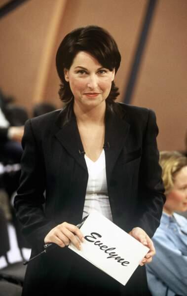 """1996 : fraîchement arrivée sur TF1, Evelyne Thomas présente le talk-show """"Evelyne"""""""
