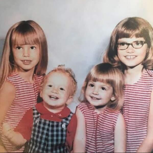 Ou encore ceux de son enfance avec ses frères et soeurs (elle à tout à gauche !)