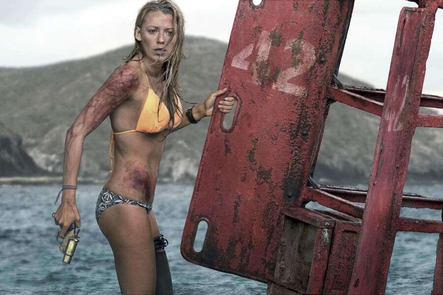Dans Instinct de survie (2016), le bikini de Blake Lively résiste plutôt bien aux assauts sauvages du requin.