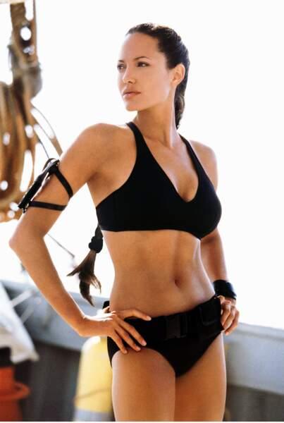 Angelina Jolie porte très bien le bikini sportif dans Lara Croft, Tomb raider Le berceau de la vie (2003).