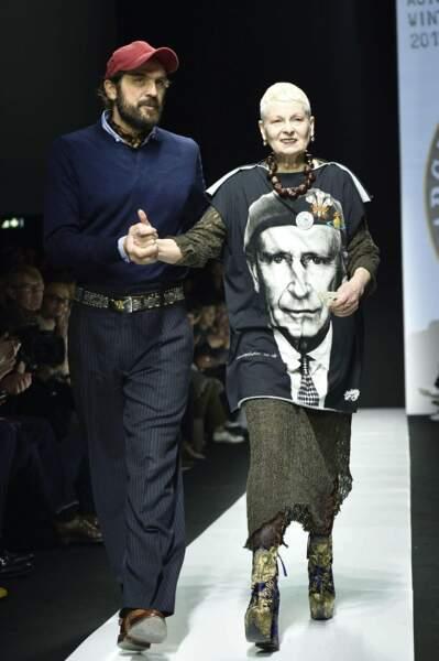 Janvier : Lors de la semaine de la mode à Milan, la styliste Vivienne Westwood arbore un T-shirt Prince Charles