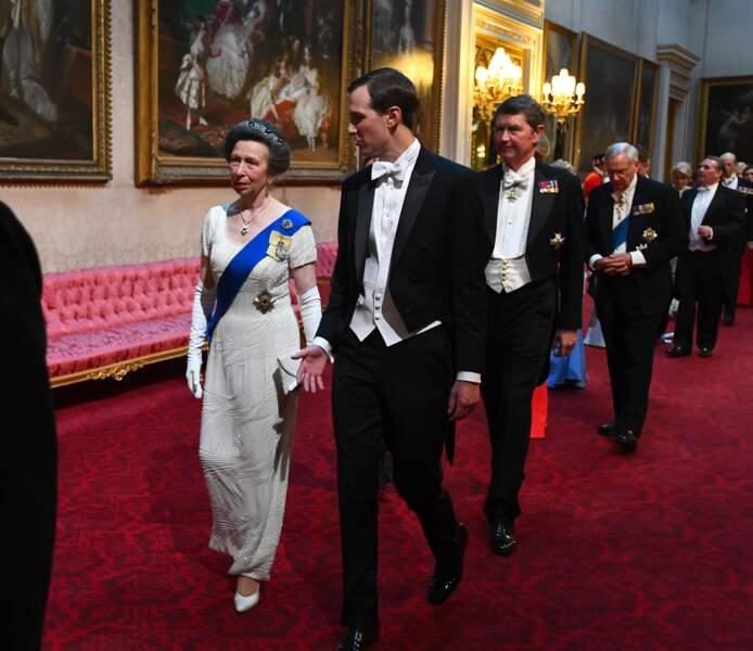 En pleine conversation avec Jared Kushner, la princesse Anne est suivie par son époux Tim
