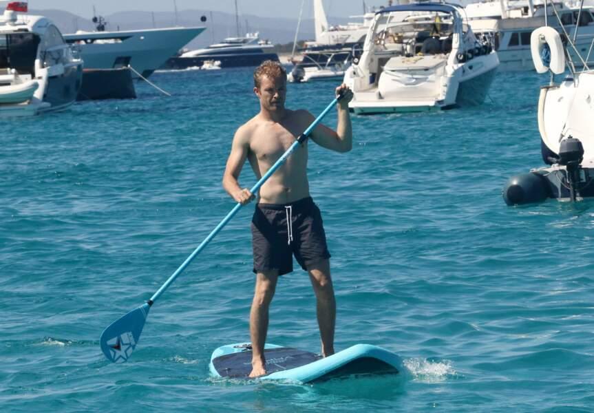 Pendant ce temps, son collègue Nico Rosberg s'essaie au paddle...
