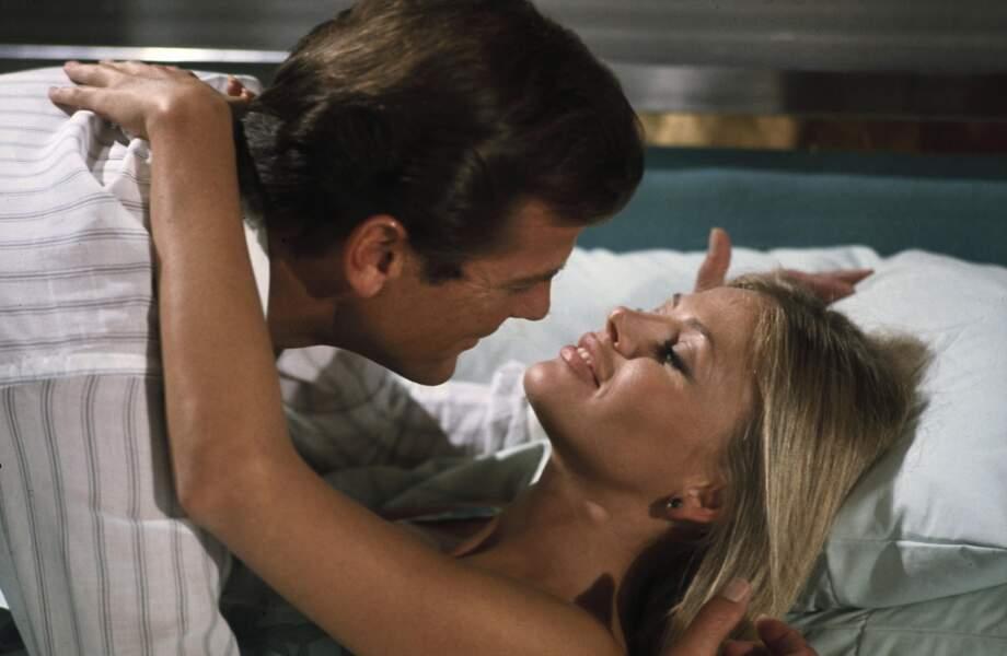 Roger Moore romantique avec Britt Ekland dans L'homme au pistolet d'or