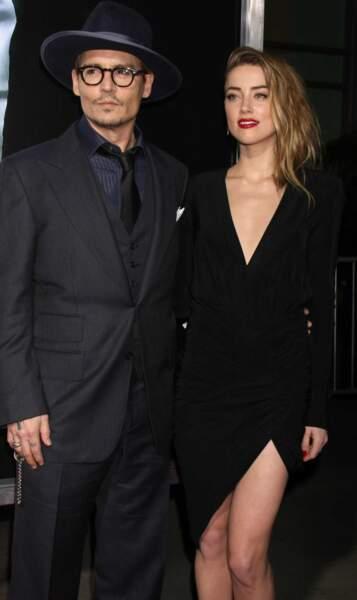 L'acteur s'est fiancé avec Amber Head, une actrice deux fois plus jeune que lui qui le mènerait à la baguette...